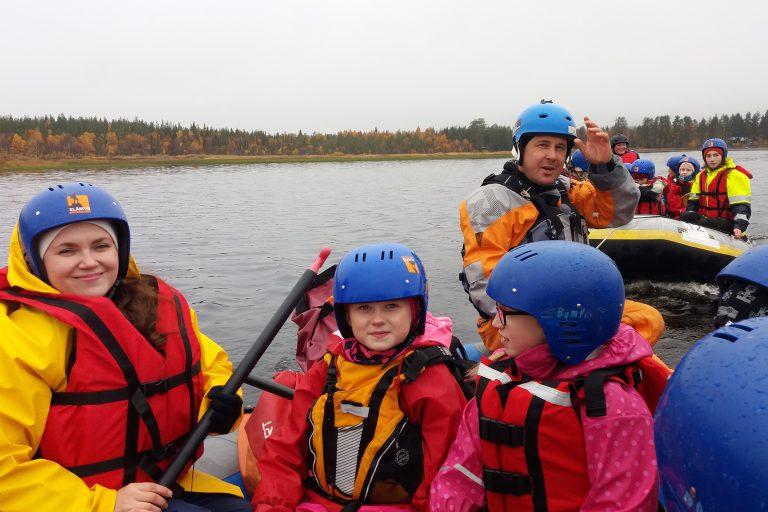Lapsia veneilemässä